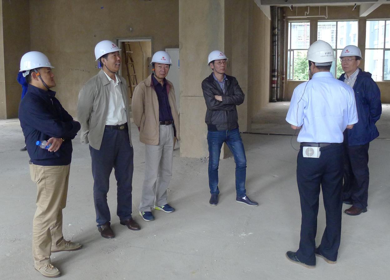 王学军(左二)等参加调研活动的专家参观考察