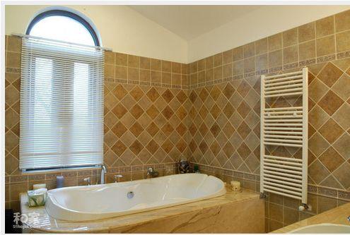 卫生间大理石浴缸台和台盆,墙砖的拼贴方式比较特别吧!图片