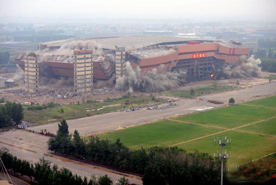 亚洲最大室内体育场沈阳绿岛室内足球场被爆破拆除