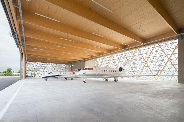 飞机库内部的光线将钻石形结构变成闪闪发光的