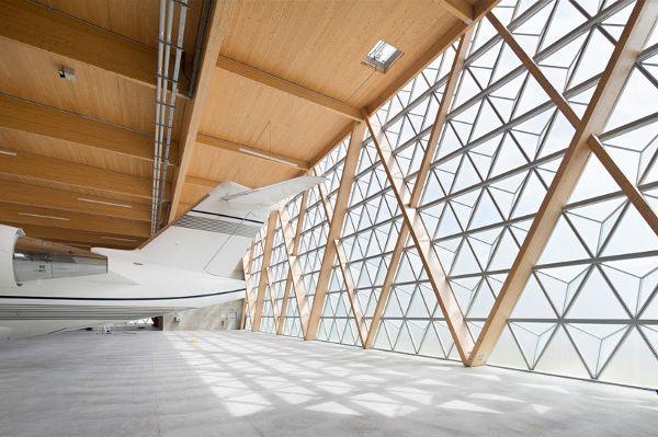 飞机库内部的光线将钻石形结构变成闪闪发光的灯泡