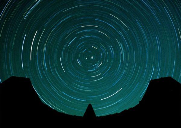 能够绘制星星的轨迹,这表明该结构外形得到了精心的设计与计算   太阳金字塔几乎就像结构顶端一个巨大的日晷,标志着日升日落与四季的变幻。其阴影与阴影场共同发挥作用。阴影场是一个平台入口,由两面厚重的曲面挡墙包围,挡墙的半径直接由太阳金字塔在二至点和二分点留下的阴影路径所决定。根据阴影的长度与路径可以测定当前的时间。