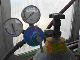 因此,必须将气瓶内输出的气体压力降压后才能使用.图片